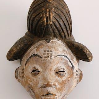 Masque de danse présentant un visage à