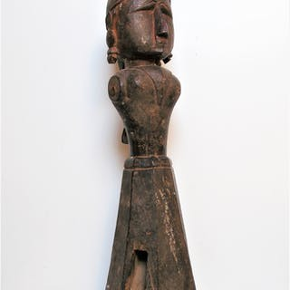 Rare et grande figure féminine en bois, culte de la déesse Gauris