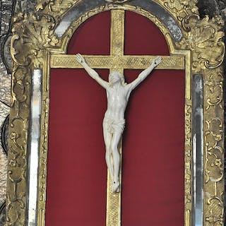 Christ en ivoire dans bel encadrement d'époque Louis XIV