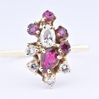 Bague femme en or jaune 18 carats  agrémentée de 5 rubis et de 5 diamants.