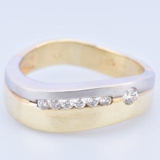 Bague en or bicolore 14 carats, ornée de 7 diamants ronds brillants.