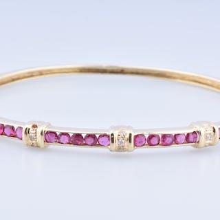 Bracelet en or jaune 14 carats, ornée de 20 rubis et de 9 diamants.