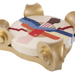 Stuttura letto rotonda in legno laccato d'oro Prototipo...