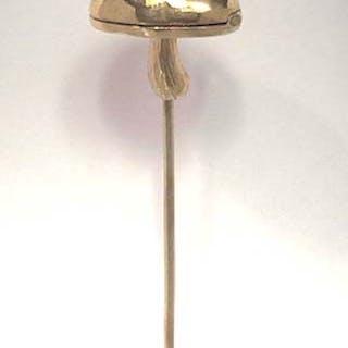 Goldene Krawattennadel in der Form eines Pilzes |kleines Wildschwein im Inneren