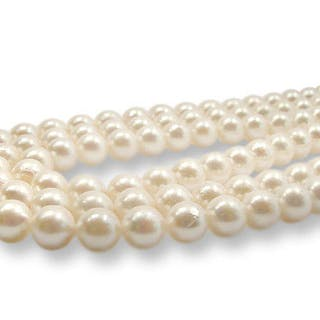 3 Perlenstränge mit je 49 Akojaperlen mit zartrosa Schimmer