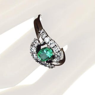 Smaragd-Diamantring mit 0,76ct Smaragd und 0,79ct Diamanten in Weissgold