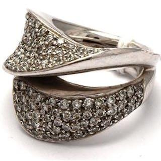 Ring i vitt guld med 126 diamanter