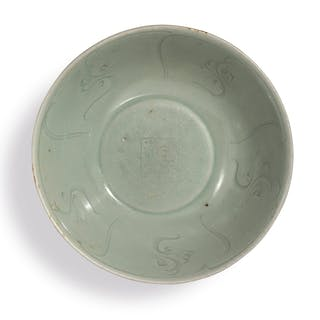 AN INCISED CELADON-GLAZED BOWL SOUTHERN SONG / YUAN DYNASTY