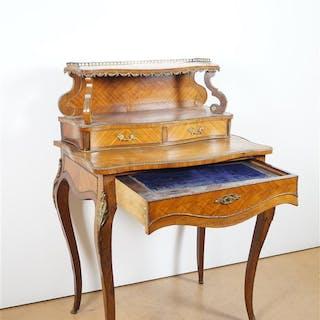 Petit bureau de dame de style Louis XV en bois de placage