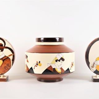 HB QUIMPER : Vase en faïence polychrome de forme toupie à...