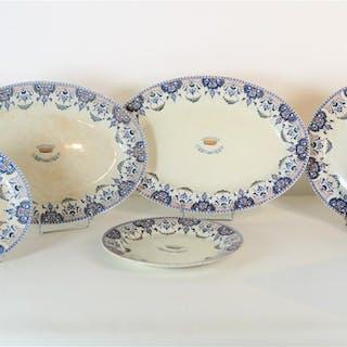 GIEN : Ensemble de 7 plats circulaires et ovales en faïence polychrome