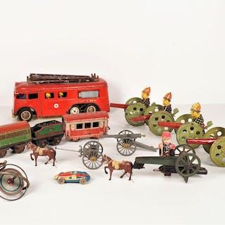 Ensemble de jouets divers comprenant : 5 canons à poussoir
