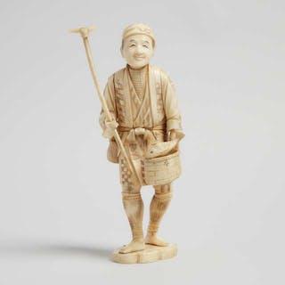 A Bone Carved Okimono of a Farmer, Early 20th Century - 二十世紀早期 骨雕漁夫立像