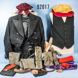 Konv. Bekleidung überwiegend aus altem Theaterfundus, u.a. Beamtenrock