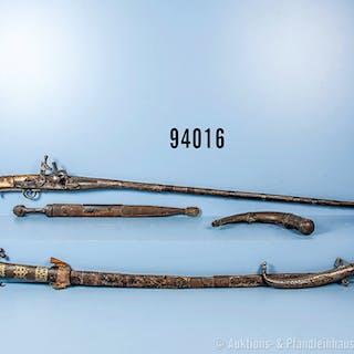 Konv. orientalische Waffen, 1 Krummdolch, 1 Säbel und 1 Kindschal